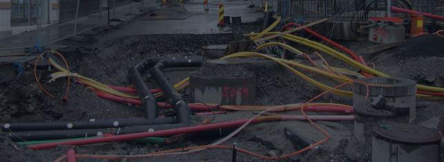 Rede elétrica subterrânea com cabos, diretamente enterrados no solo.